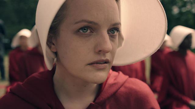Elisabeth moss as offred b8c35e14 featured